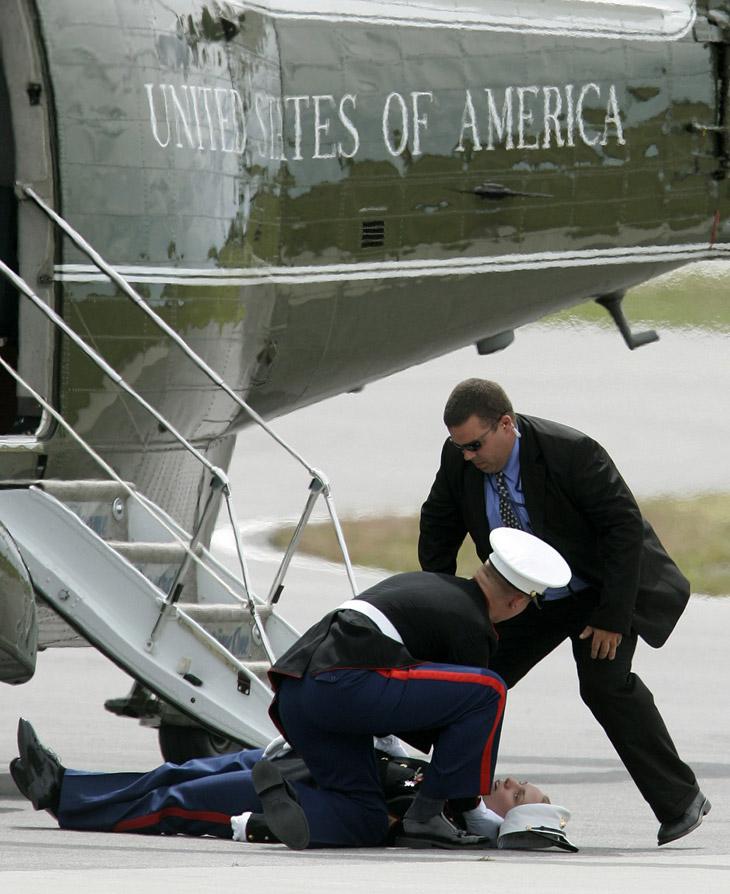 Этот военный не смог пережить встречи с президентом США Джорджем Бушем и упал в обморок возле президентского вертолета