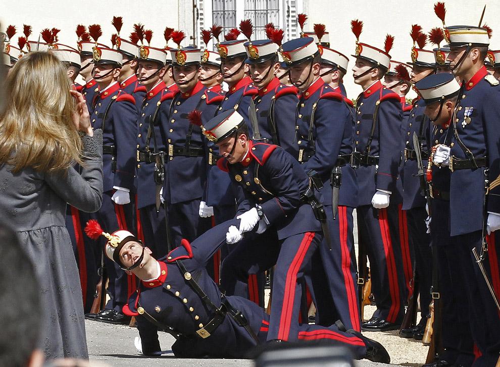 Член почетного караула не смог пережить личной встречи с испанской принцессой Летицией и упал в обморок