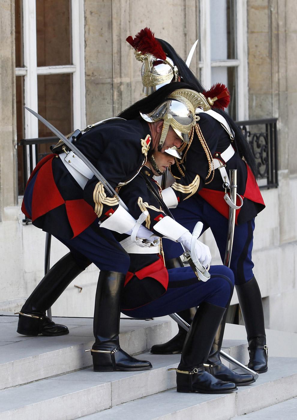 Гвардеец упал в обморок на ступеньках Елисейского дворца в Париже