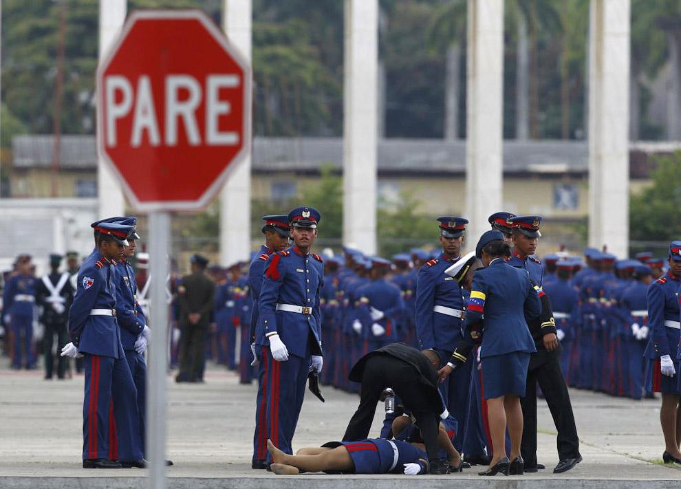 Курсант упал во время церемонии, посвященной похоронам президента Венесуэлы Уго Чавеса в Каракасе