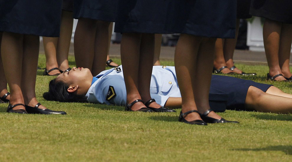 Обморок во время церемонии перед президентским дворцом в Джакарте, Индонезия