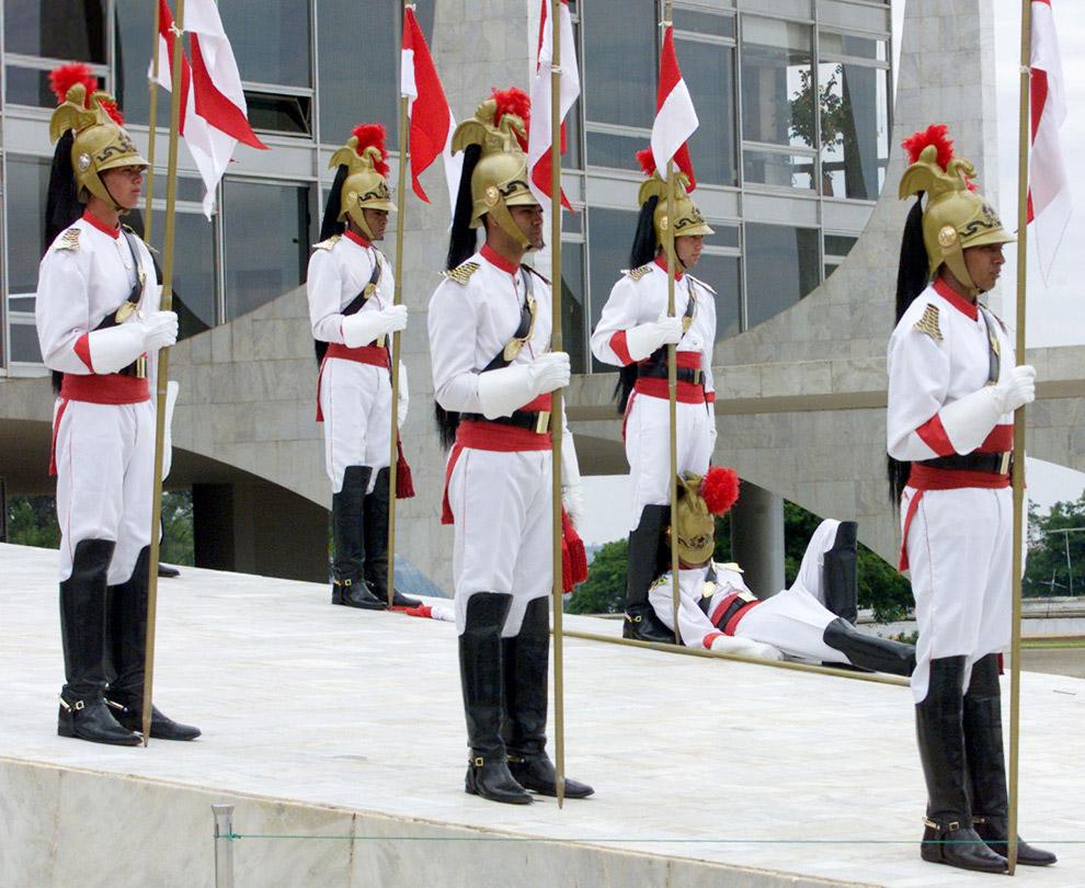 Охранник упал у дворца Планалту в Бразилии