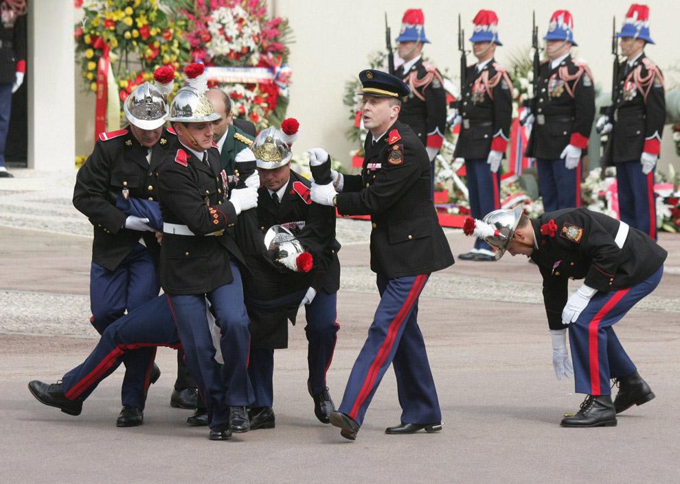 Гвардеец не выдержал похорон двенадцатого князя Монако Ренье III и упал в обморок, Монте-Карло
