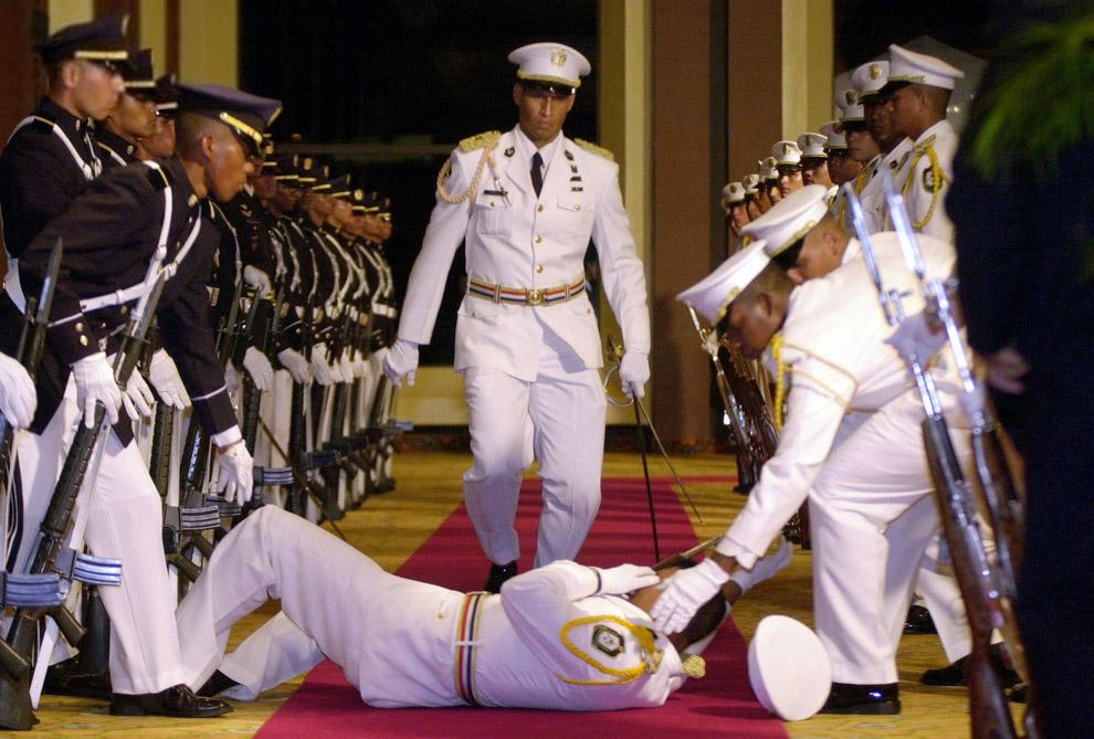 Член почетного караула устал от иберо-американского саммита в Панама-Сити