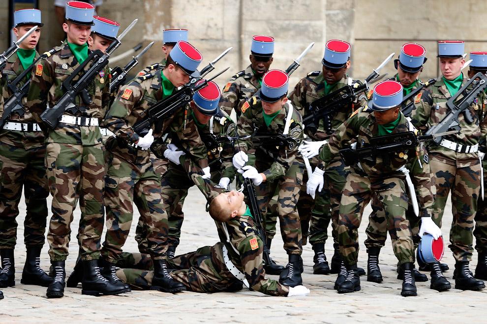 Французский солдат упал в обморок на церемонии прощания в бывшим премьер-министром Франции Пьером Моруа во дворе Дома Инвалидов в Париже