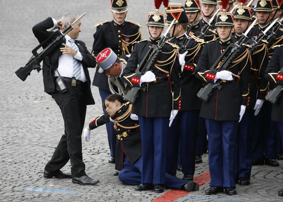 Солдат Республиканской гвардии не выдержал парада в честь Дня взятия Бастилии в Париже