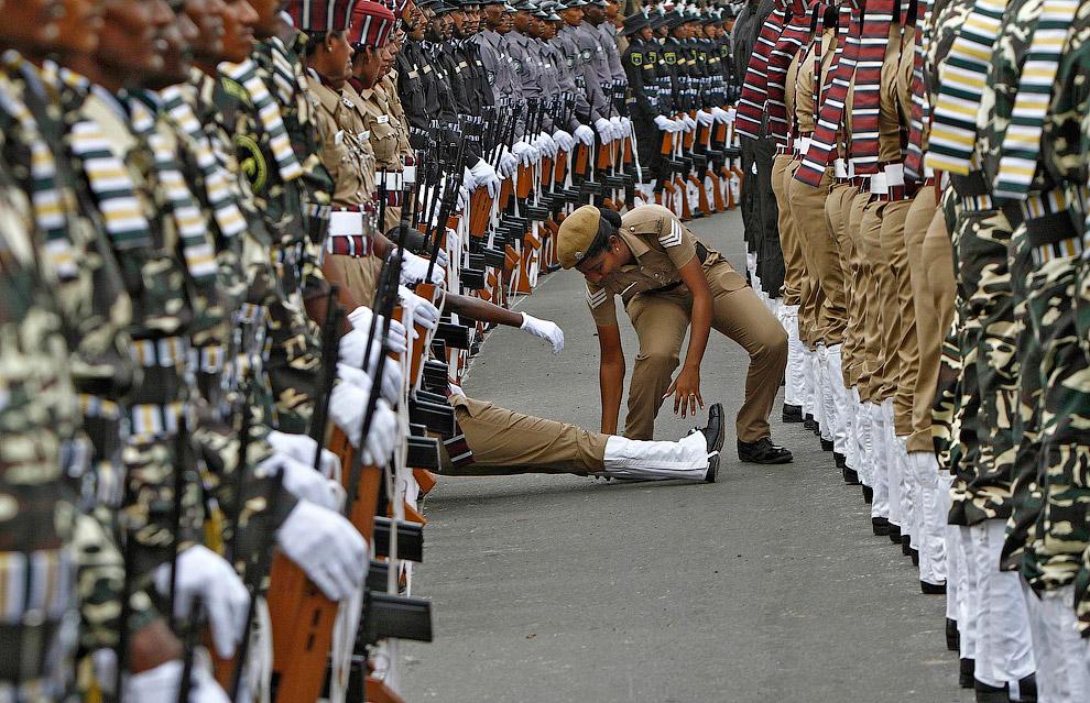 Индийский полицейский потерял сознание во время генеральной репетиции ко Дню независимости Индии