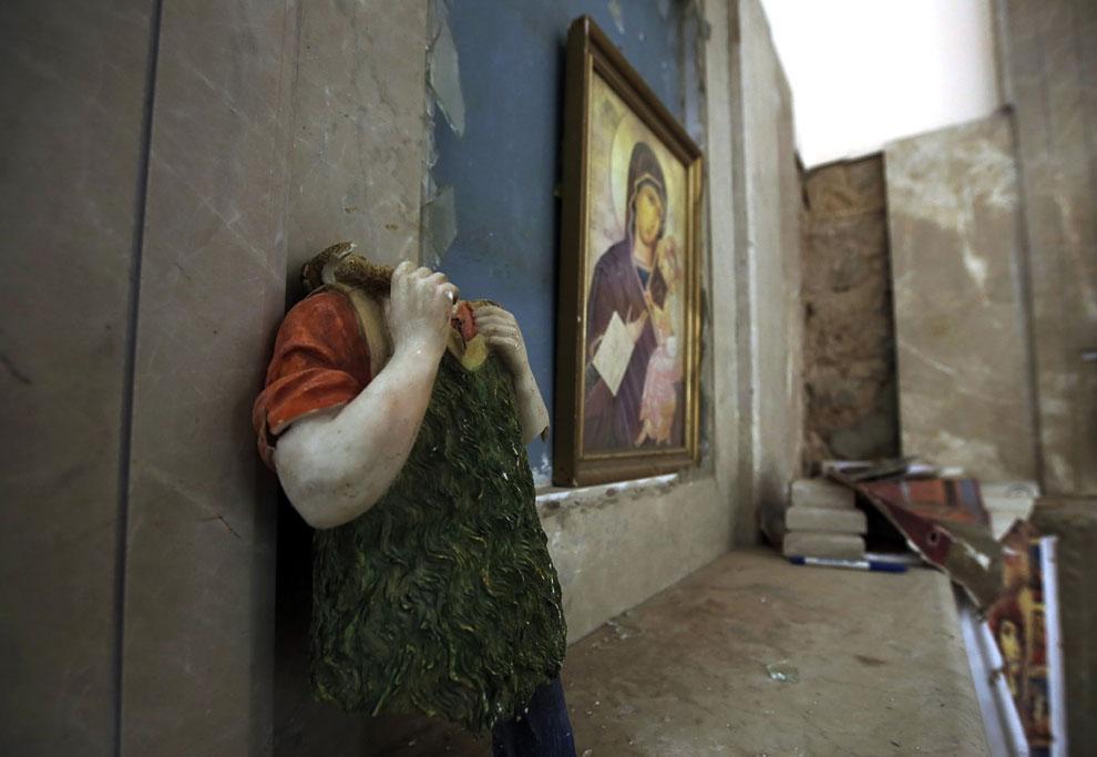 Церковь в Эль-Кусайр. Вандалы открутили статуе голову