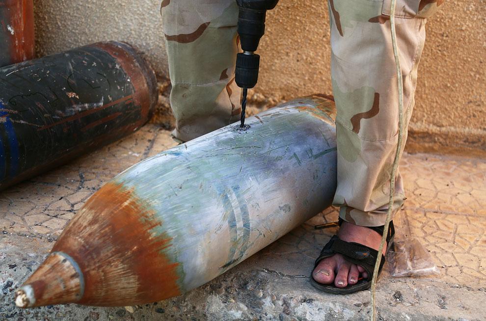 Народные умельцы что-то делают с бомбой в мастерской, город Ракка