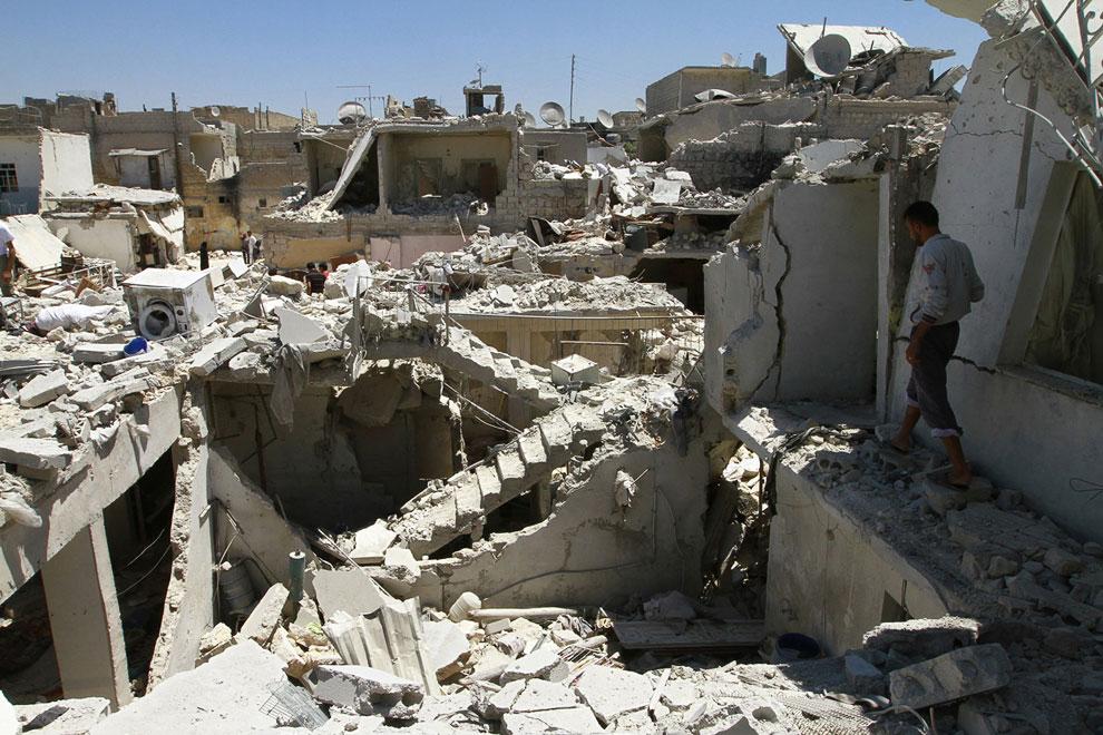 Жители пытаются найти свои вещи среди обломков домов после бомбежки, Алеппо