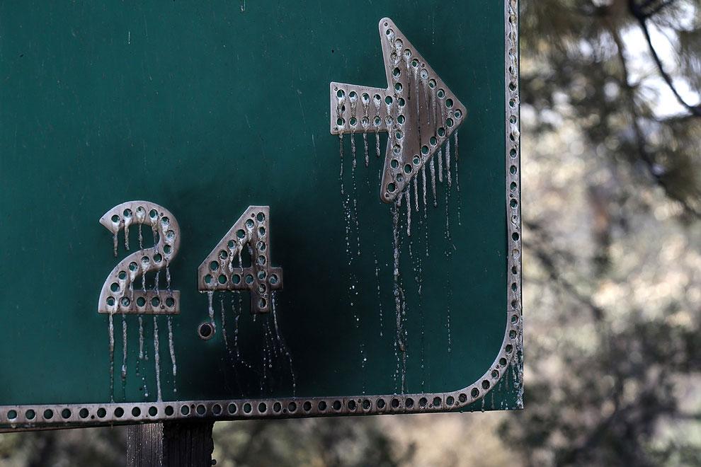 От огня плавятся дорожные знаки
