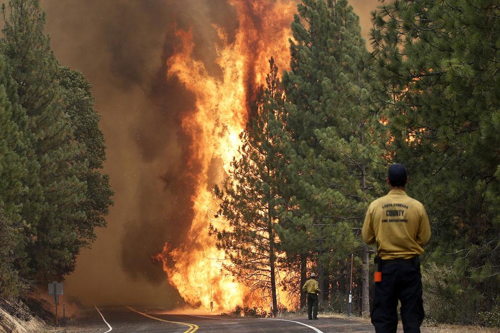 Огонь на подступах к национальному парку Йосемити