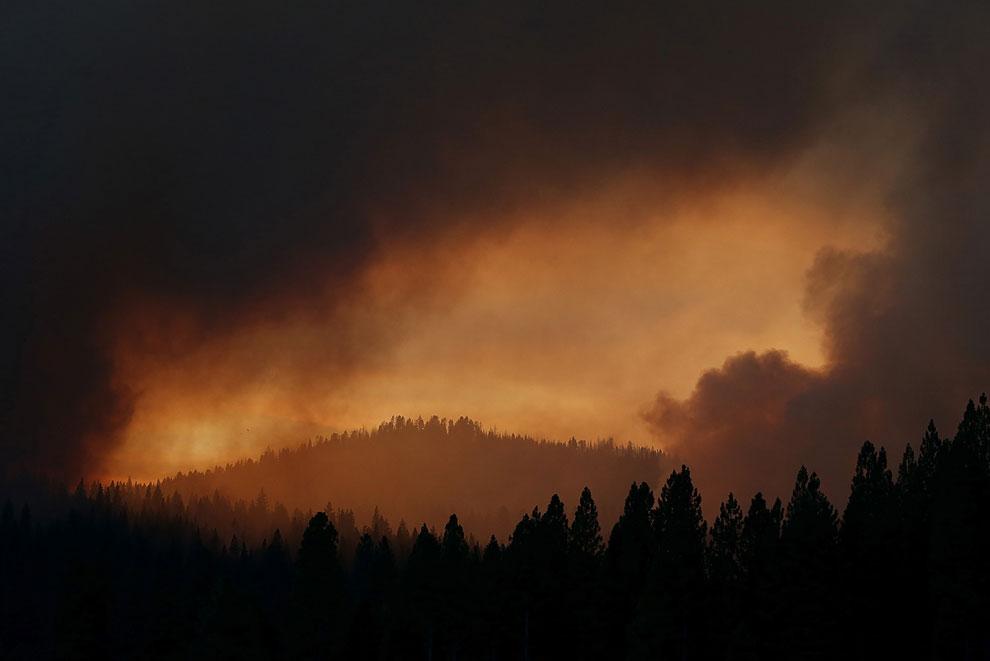 От огня и дыма неба не видно днем