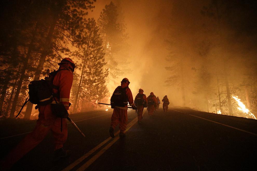 Пожарные продолжают бороться с огнем, чтобы не пустить его в национальный парк Йосемити