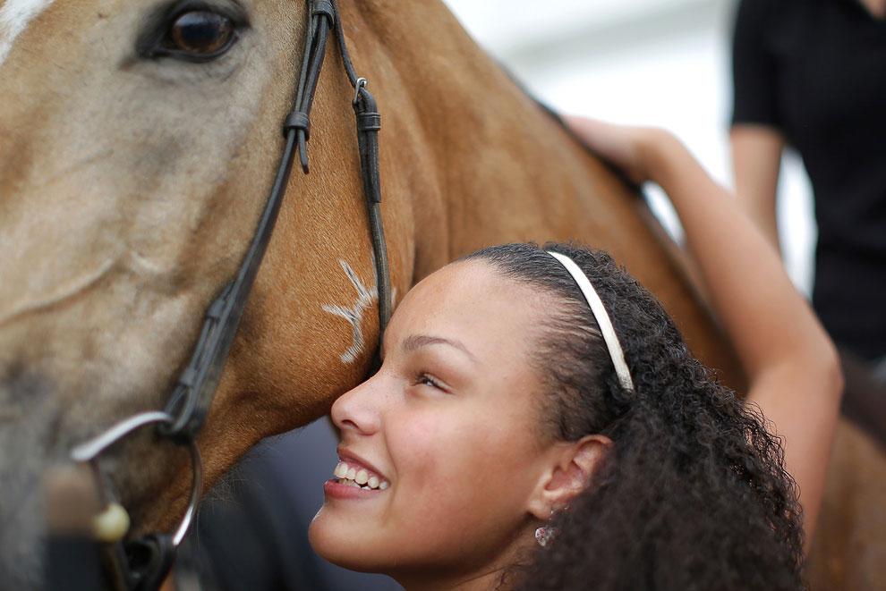 Центр для слепых для слепых и слабовидящих из штата Массачусетс организовал шоу и общение с лошадьми для своих пациентов