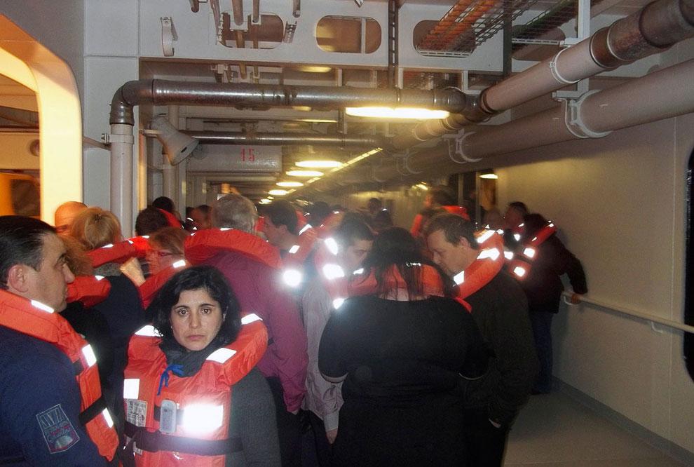 Люди в ожидании эвакуации с тонущего корабля
