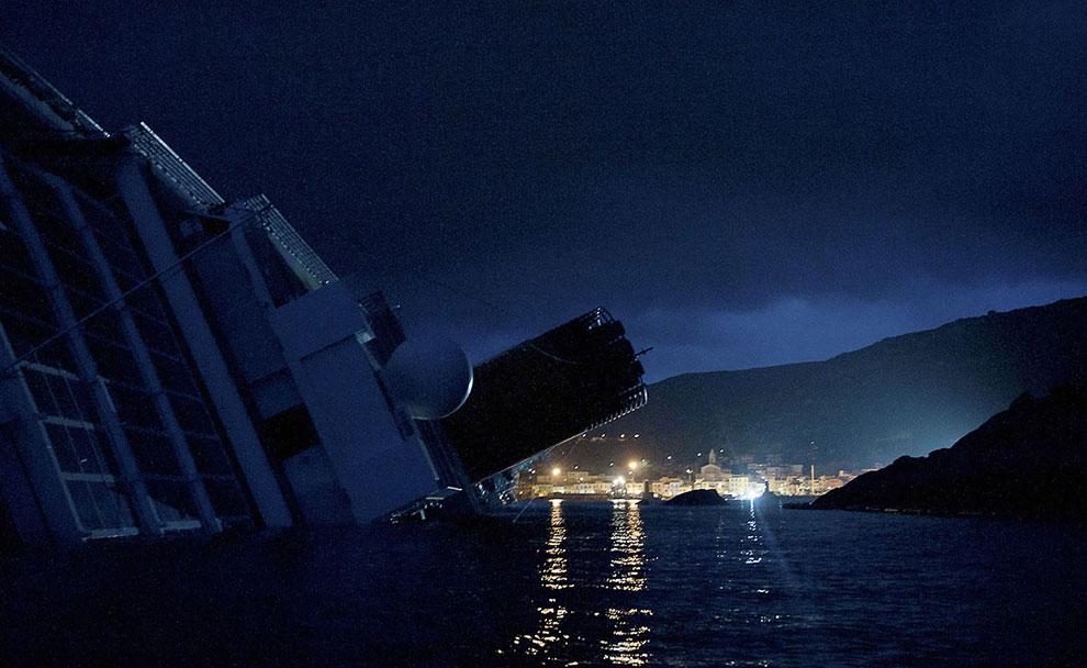 Позже лайнер Costa Concordia почти полностью погрузился в Средиземное море
