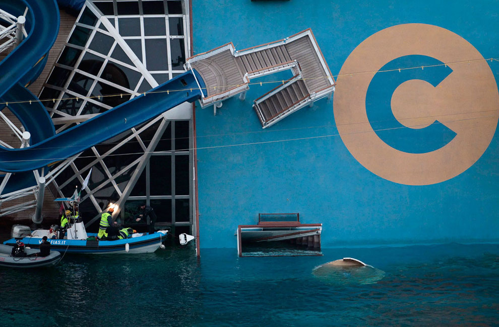 Спасатели у судна, 19 января 2012. Чтобы попасть в некоторые отсеки, приходилось устанавливать на корпус судна взрывные заряды, которые проделывали нужные отверстия