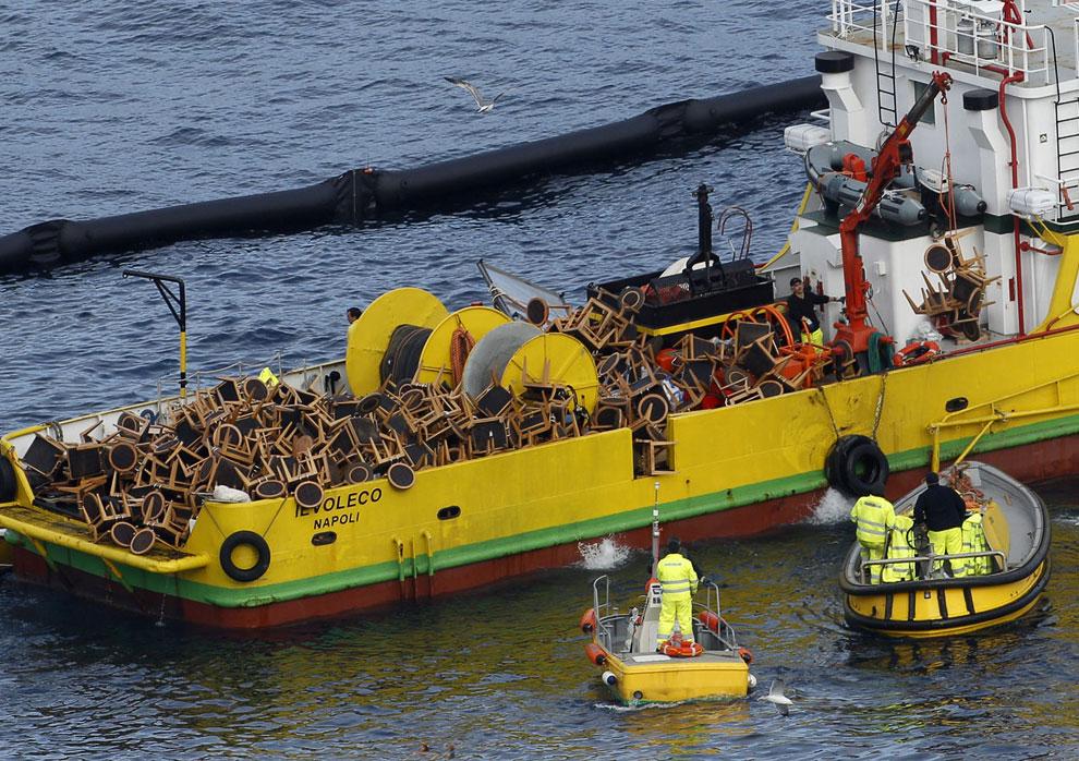 Стулья, извлеченные с лайнера Costa Concordia