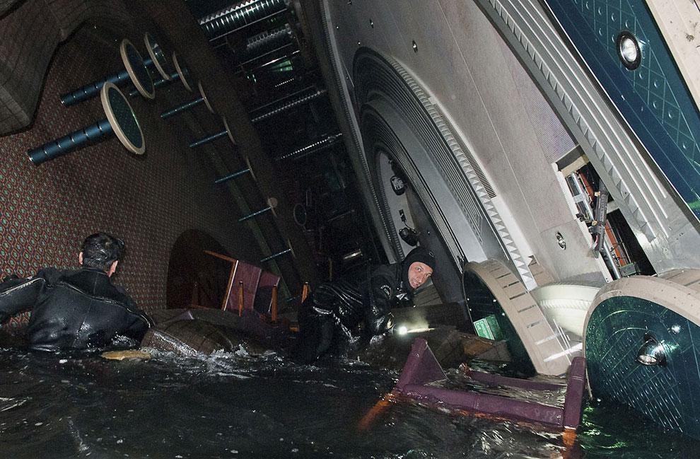 Под водой, внутри корабля полный хаос