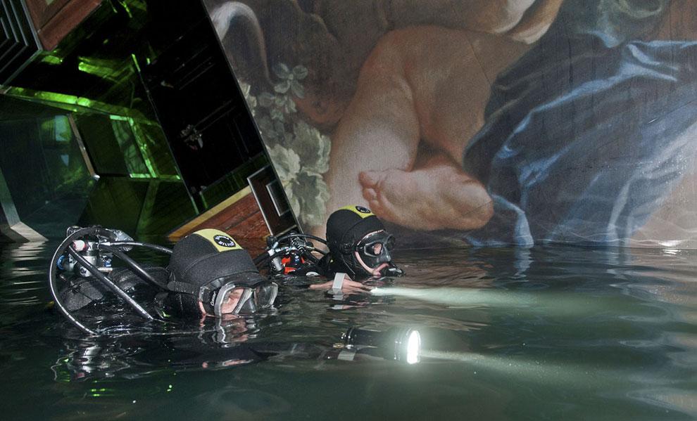 Аквалангисты осматривают внутреннюю часть затонувшего лайнера Costa Concordia