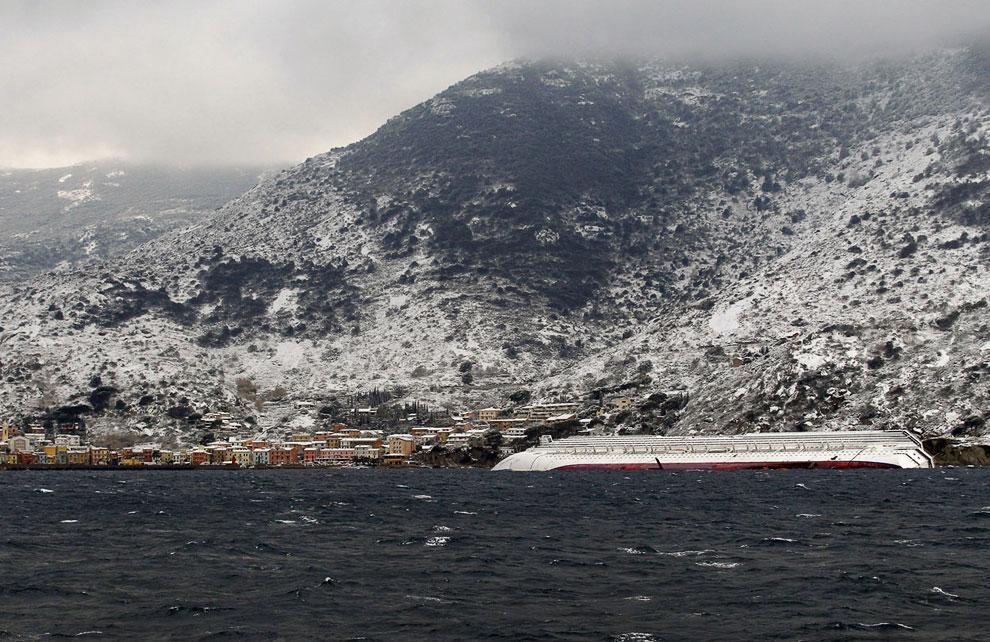 Вот в таком виде круизный лайнер Costa Concordia остался у берегов области Тоскана в Италии