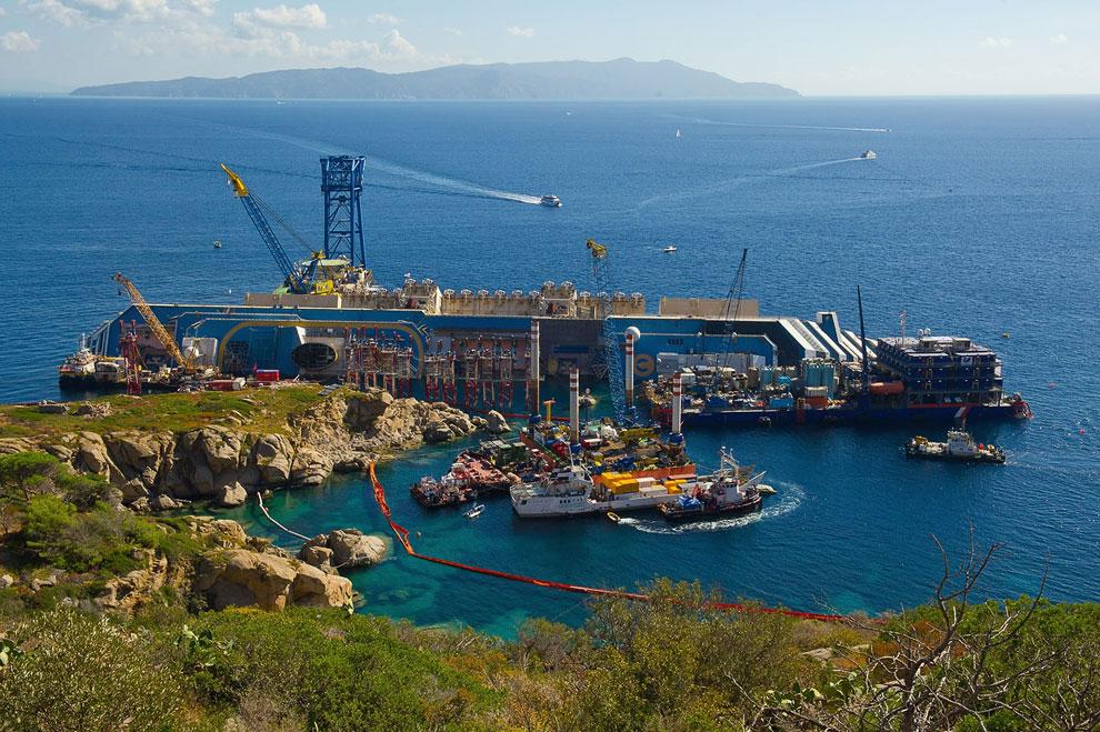 На месте крушения круизного лайнера Costa Concordia завершаются работы по монтажу оборудования перед приведением судна в вертикальное положение