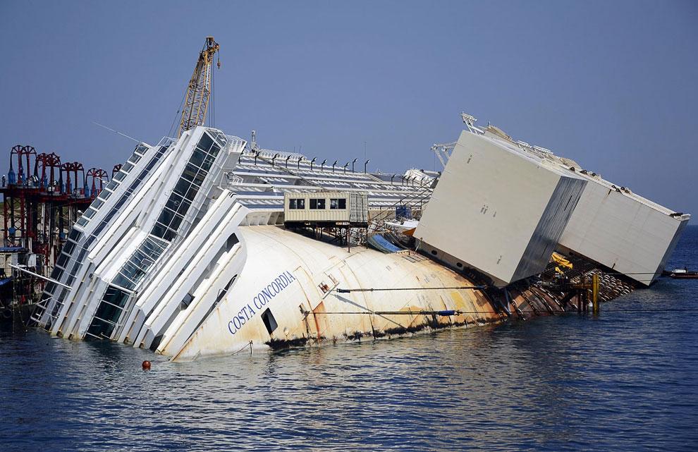 Главная опасность этой операции заключалась в том, что при осуществлении первых маневров корпус судна, имеющий серьезные повреждения, мог разломиться