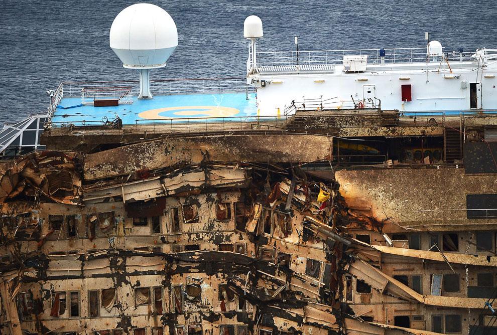 Costa Concordia в вертикальном положении, 17 сентября 2013. Искореженный бок судна
