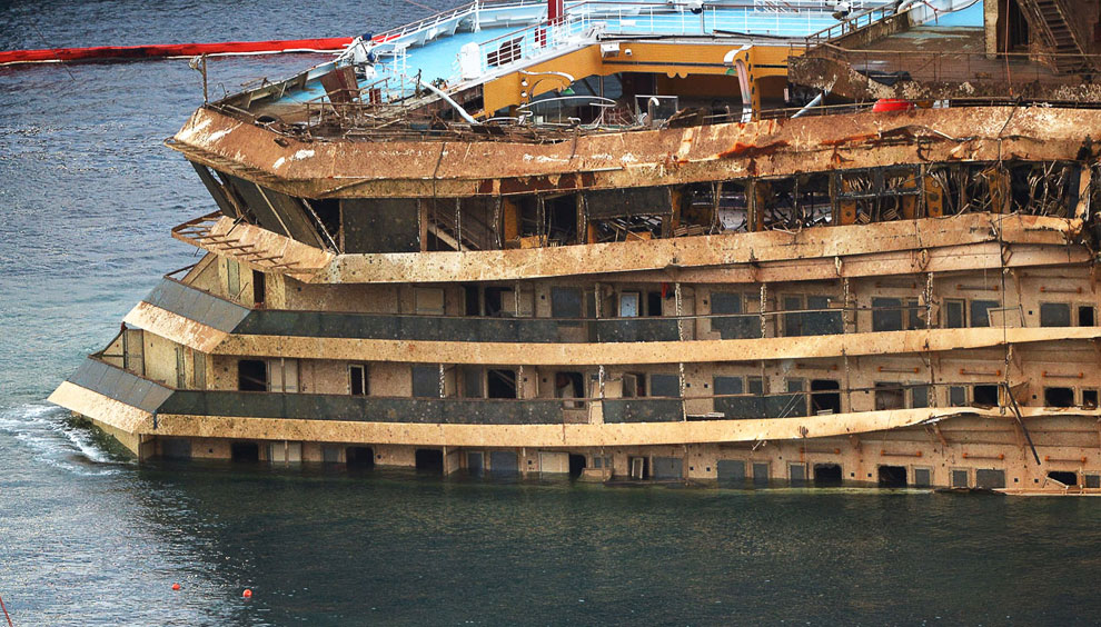 Затем Costa Concordia будет отбуксировано в один из ближайших портов для утилизации