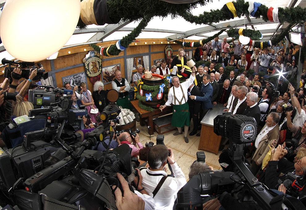 Выбивание затычки из первой пивной бочки действующим мэром Мюнхена происходит ровно в 12:00 под прицелом фотокамер