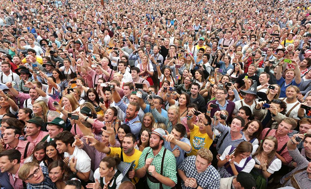Толпа снаружи с нетерпением ожидает церемонию открытия фестиваля Октоберфест 2013