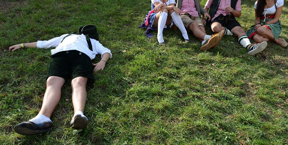 Притомившейся на лужайке в Мюнхене