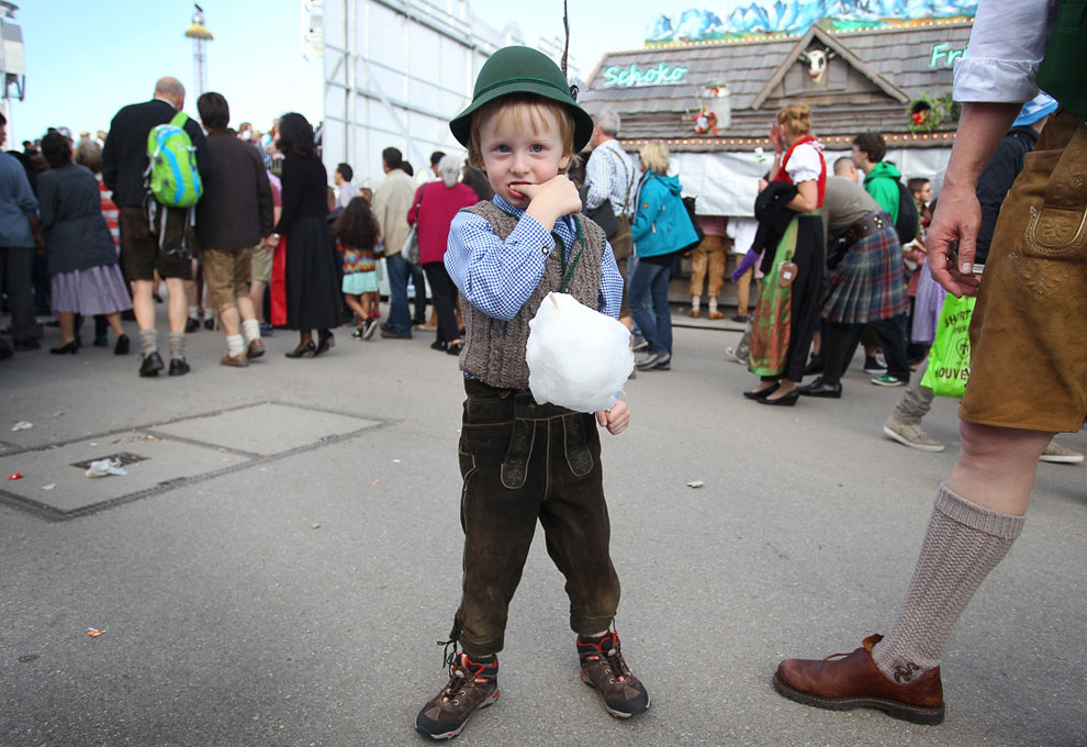 Настоящий баварец поменьше на пивном фестивале Октоберфест 2013