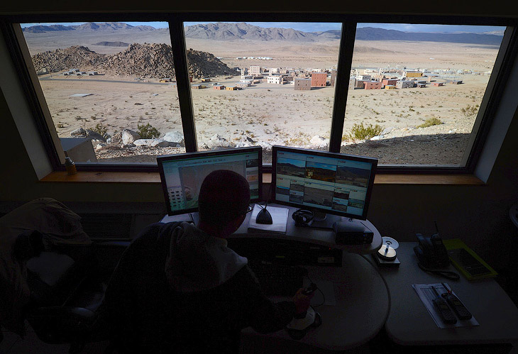Оператор за пультом управления. Впереди — макет афганской деревни в штате Калифорния