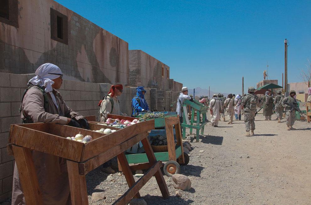 Уличные торговцы в афганской деревне. Конечно, в ее копии