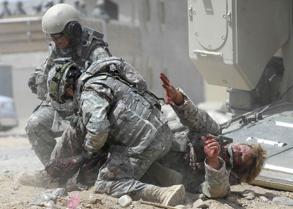 По городу разбросаны манекены изувеченных взрывами американских солдат, пластиковые оторванные конечности, а некоторые актеры в военной форме изображают солдат, получивших увечья