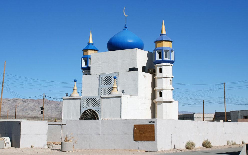 А это «Мечеть» в Медине Васл — макете иракской деревне в Калифорнии