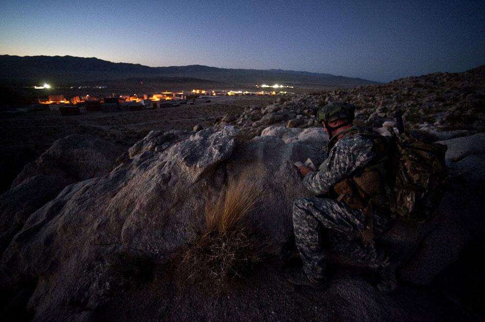 Учения 14 августа 2011 года. Впереди — реплика деревни Афганистана