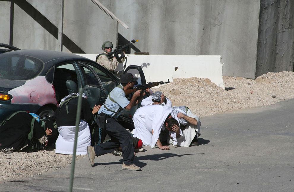 Это копия иракского Городка. «Иракский полицейский» защищает граждан от учебных атак «боевиков»