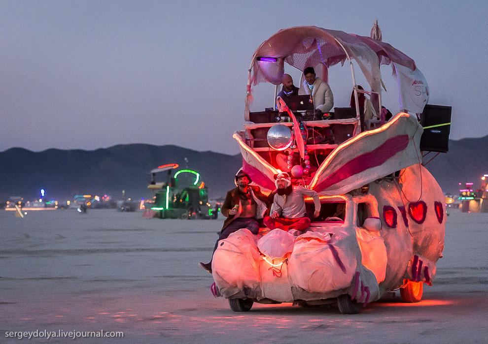 Розовый зайчик. Ночью с подсветкой машинки выглядят особенно классно