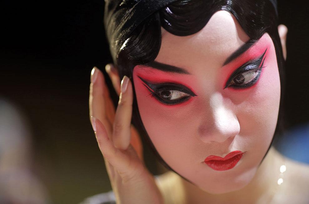 Актриса пекинской оперы за кулисами перед шоу начинается в Шанхае