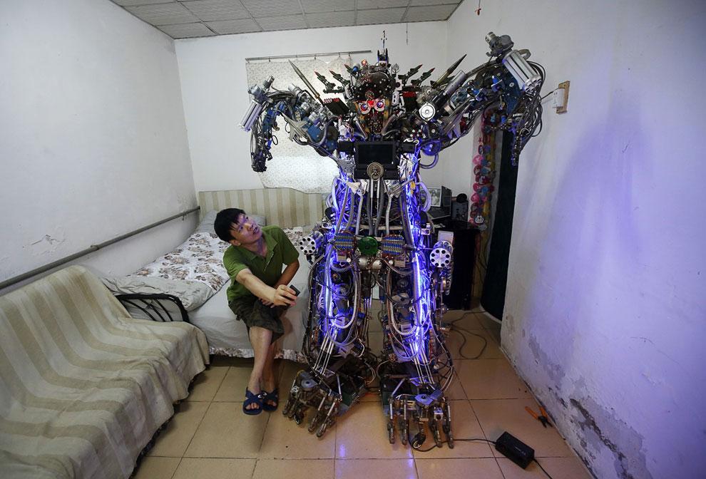 Китайский изобретатель Тао и его самодельный человекоподобный робот с дистанционным управлением