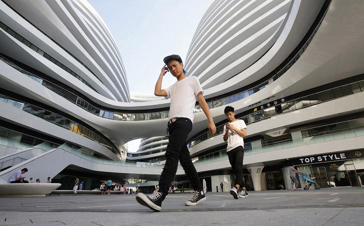 Современная молодежь Китая на фоне новых торгово-офисных комплексов в Пекине