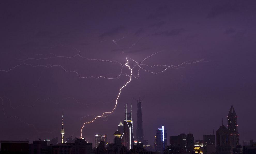 Молния над горизонтом в финансовом районе Шанхая