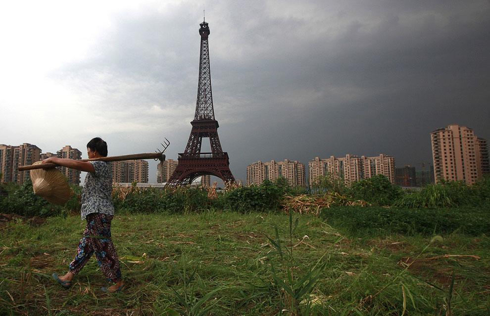 Взгляд на город-призрак Тяньдучэн и копию Эйфелевой башни в провинции Чжэцзян с другой стороны