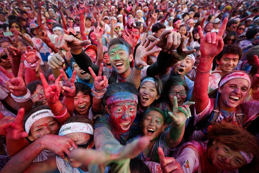 Участники Разноцветного забега на выставке садового искусства в Пекине