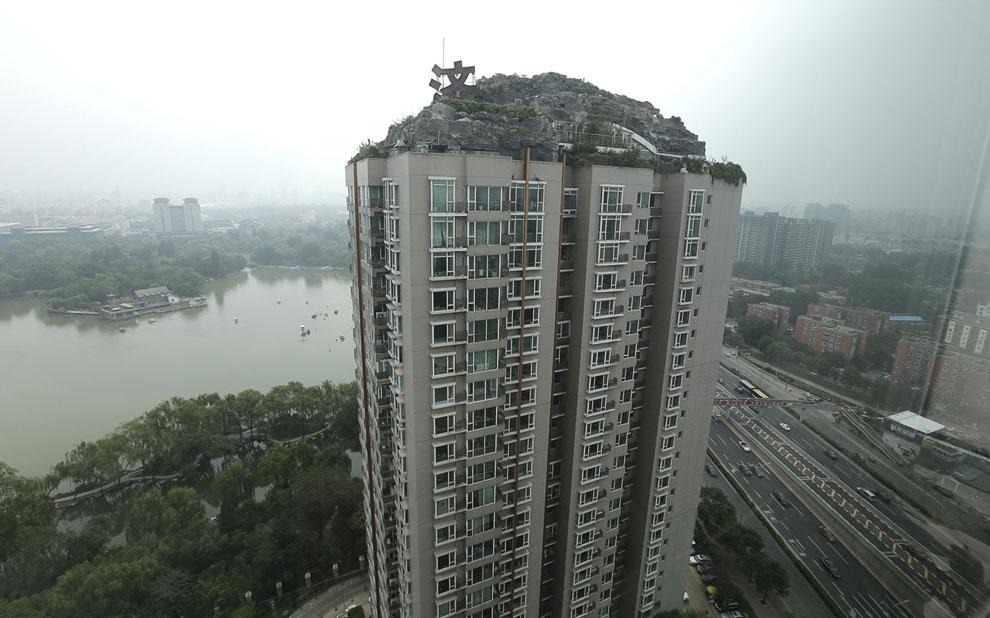 Частная вилла в виде горной скалы на крыше 26-этажного жилого здания в Пекине