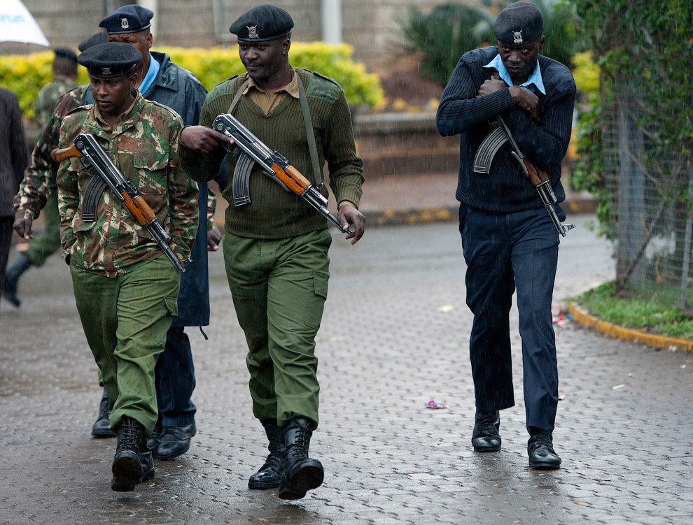 Сотрудники сил безопасности Кении после штурма