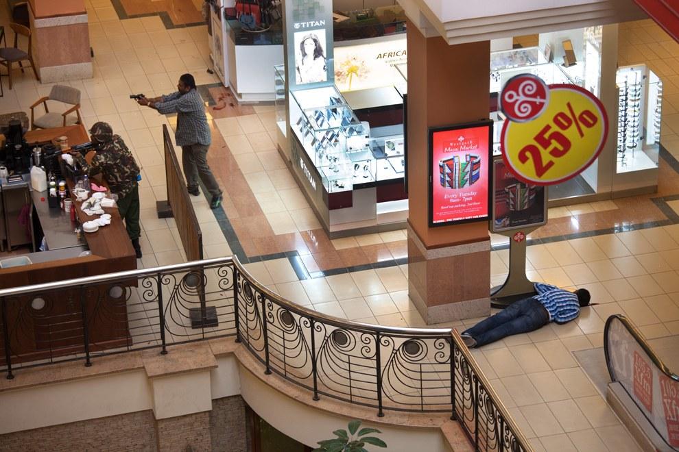 Слева – убитый, справа – представители спецслужб Кении